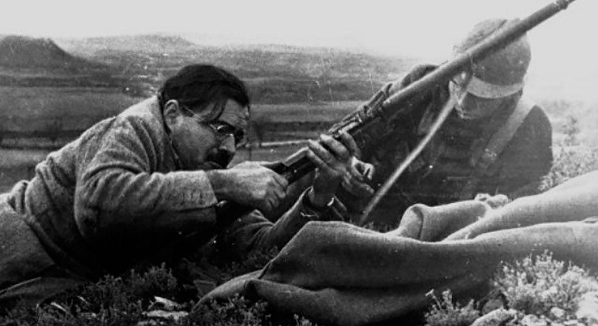 Hemingway con fusil